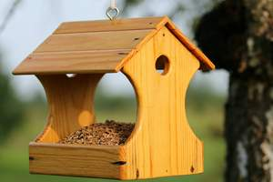 Post mounted bird feeder